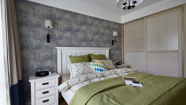 卧室:藏蓝图案床头墙面以及浅色柜体搭配,依然保持自然灵动。