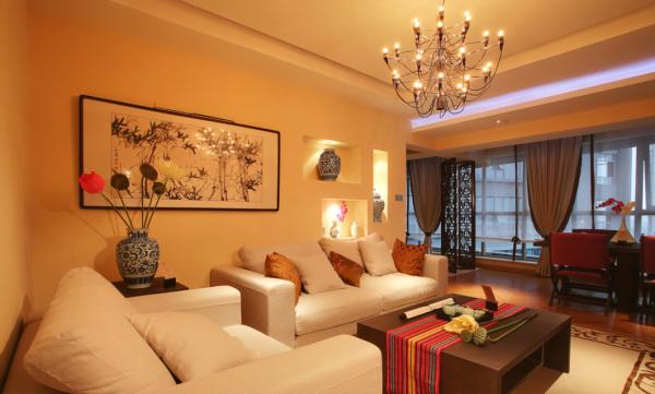 客厅:吊灯的运用设计师花了不少心思。和墙上的挂画都体现了格外的舒适感。