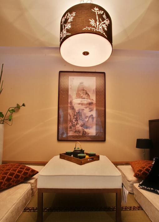客厅:圆顶灯,米黄色灯光,加上古色古香的画饰也是十分经典耐看。