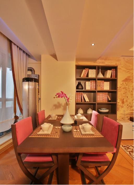 餐厅:色调仍以米黄,褐色为主,设计师主要考虑房间搭配整体性。