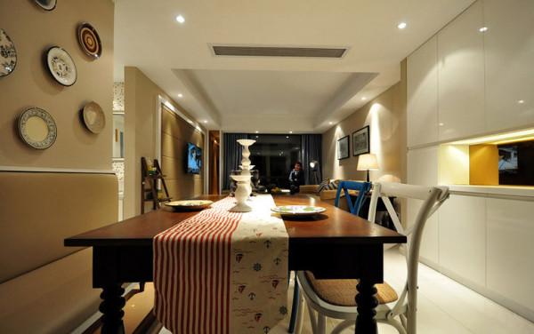 客餐厅:吊顶明显分区,灯光的搭配以及家具软装饰的映衬,温馨浪漫。
