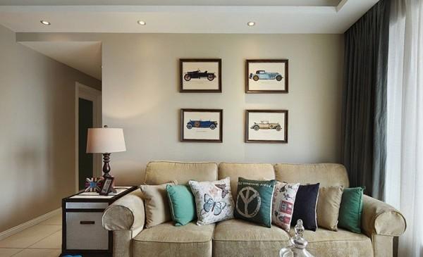 客厅:沙发元素和墙壁的挂画相结合,小资情调十分。