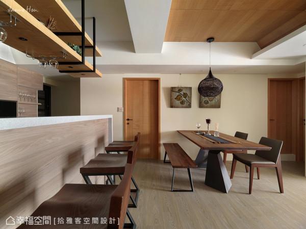木门与部分的天花以暖色调及木质元素表现,创造餐吧空间的温馨质感。