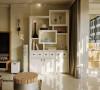 """现在家庭的简约不只是说装修,还反映在家居配饰上的简约,比如不大的屋子,就没有必要为了显得""""阔绰""""而购置体积较大的物品,相反应该就生活所必需的东西才买,而且以不占面积、折叠、多功能等为主。"""