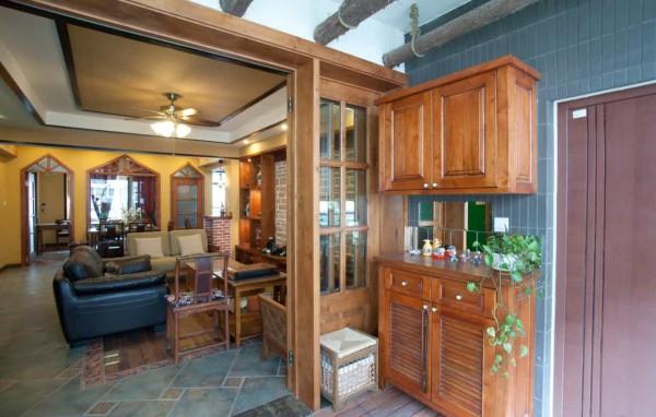 玄关处,简单得利索的规划,宽阔的空间,视觉舒展放松,现代化的设备、深木色玻璃装饰墙面、金色的天花、精致的吊灯,一切都那么和谐舒适。