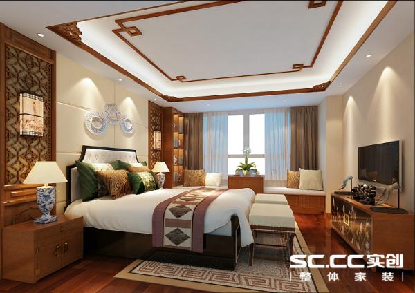 主卧承袭了客厅的中式气场,床头背景墙依然采用花格形式,空间明朗间透出古典雅致美。地毯花纹秀以回字形图案,对应天花木质吊顶花纹,中式风格点缀的恰到好处。