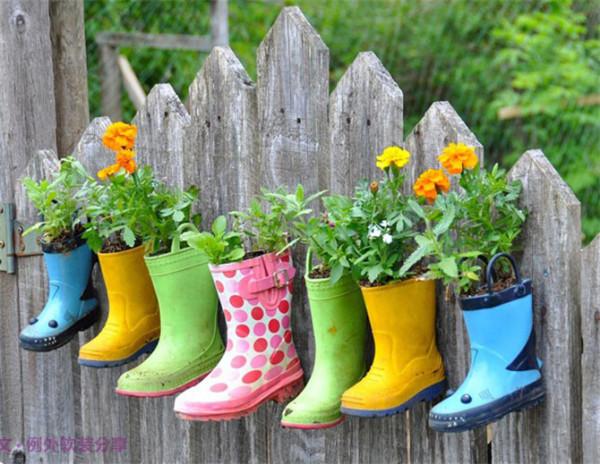 7 雨鞋变花筒,你敢想象?   你知道吗?家里废旧的雨鞋也可以拿来当花盘用,对比上面的几款,因为雨鞋有一定的深度,所以可以种植需要深深扎根的植物,如:鲜花。