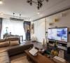 整个开放空间的材质统一用了白色哑光漆面,主卧室的房门与电视墙采用一体化处理。
