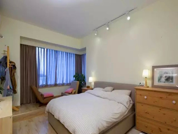 卧室靠窗的阳台部分做了地台。