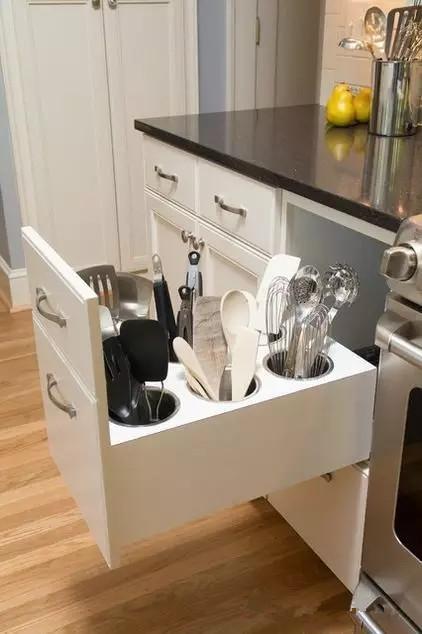 ▲ 铲勺工具收纳在桶装容器里