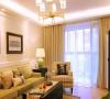 舒适的色调,偏黄绿色的布艺沙发,卡其色格子纹单人位,深色经典美式家具,营造出休闲的生活氛围。