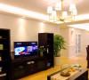 成品的电视组合柜兼具展示和收纳的功能。