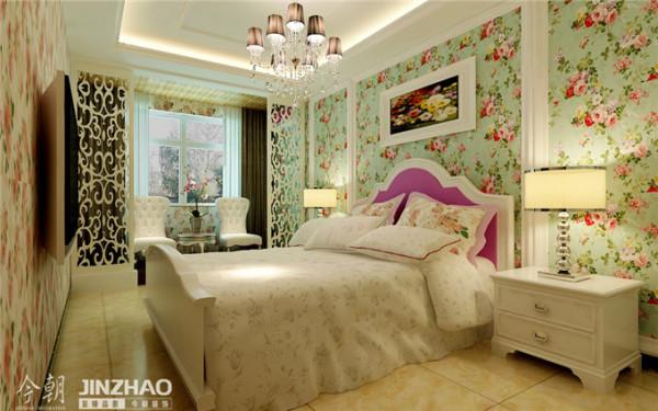 【石家庄装修---上林华苑的欧式风情】今朝装饰设计卧室选用绿色碎花壁纸来打造墙面,搭配浅色的床品,清晰自然的气息帮业主打造出舒适的睡眠空间。
