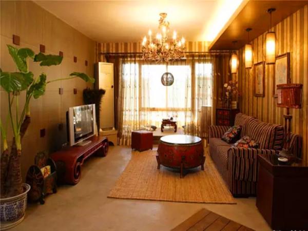 客厅以大气优雅为主,木制半透明的推拉门与墙面木装饰的装饰造型,以冷静线条分割空间,代替一切繁杂与装饰。
