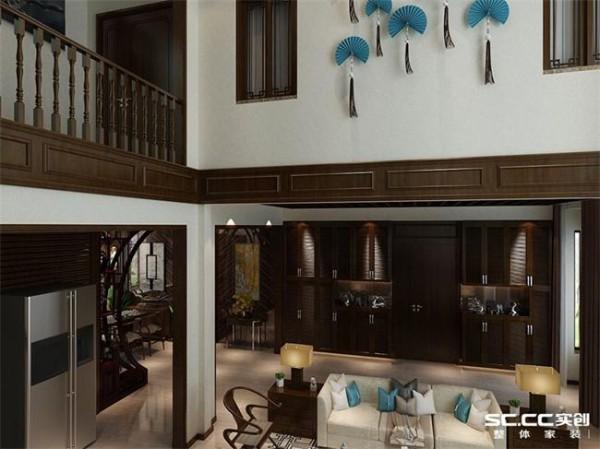 进户门两侧的柜子既有了储物空间又增加了室内的造型感。客厅二楼墙壁上的蓝色扇子在色彩上与配饰相呼应,提升了空间的完整性。