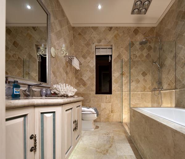 卫生间的整体造型非常简约,大理石的铺贴使得装修整体非常有质感,卫浴柜、浴缸等均选择了素雅的米色为主色调,营造了极致简约的法式优雅。