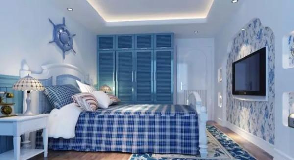卧室用了大片业主喜欢的蓝色,整体采用浅蓝色的地中海风格。虽然墙壁采用大片素色,但是卧室的电视墙用了富有变化的小碎花设计,使整个房间灵动而不呆板的同时,并没有打破卧室整体安恬的气氛。