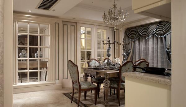 透明玻璃拉门延续,餐、厨间通透,让空间有了无尽尺度延展。 通过细节的搭配凸显出一丝精湛与唯美,空间内的水晶吊灯搭配上一款金属边框的餐桌以及同一款式的座椅,可以更加凸显出法式风格的别致与装饰亮点。