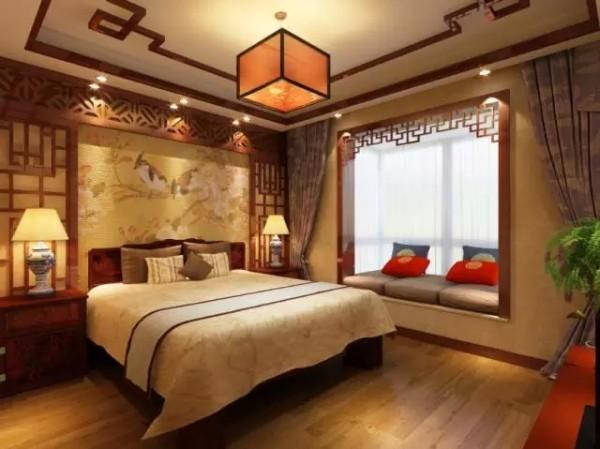 飘窗和墙面的镂空雕花营造出一种仿古架子床的氛围,就连吊灯也被精心设计成宫灯样式。整个卧室古色古香,大气流畅。