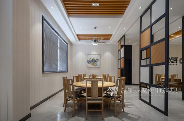 由于公司与老外有合作关系,时常有外宾来访,为了不使用餐空间过于沉闷,在隔墙处理上加了不同大小的矩形框,采用磨砂玻璃加强了空间的通透性。