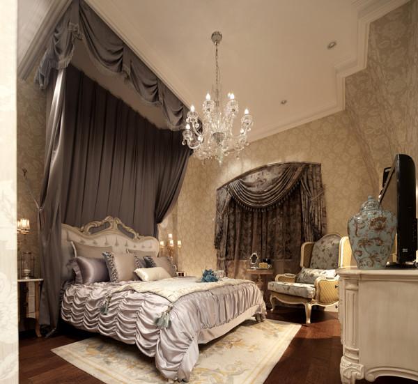 卧室床饰的色彩搭配与空间的装饰色彩形成了一种呼应,石膏板吊顶上的灯饰更加彰显了一种唯美柔美的曲线搭配上小巧的灯饰,在白色吊灯的衬托下更加起到了点缀的效果。