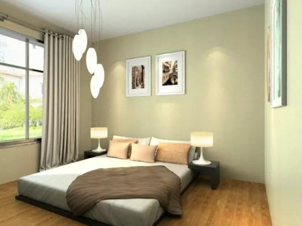"""和客厅不同,主卧用木质地板营造出暖色调的气氛,让人能够很好的放松。吊灯和矮床腔调整个空间的""""安全""""氛围,让进到卧室的人马上就能舒缓心情,尽享一场好梦。"""