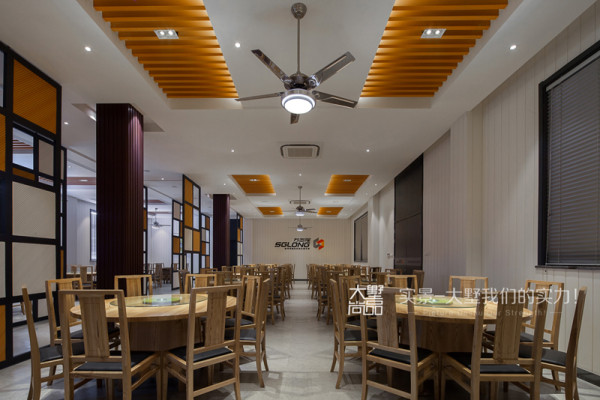 员工用餐区占了空间比较大的面积,墙面整个用了白色的竖条状生态板,整个空间十分清爽干净。木质的餐桌椅营造了温和亲切的用餐气氛,没有做太多的造型,却是最简约经典的感觉。