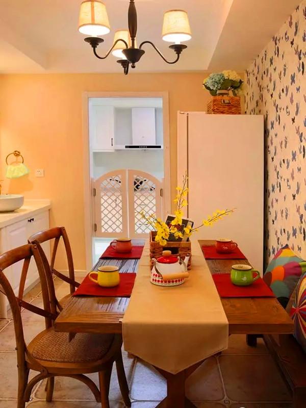 半开放式的厨房以腰门装饰。