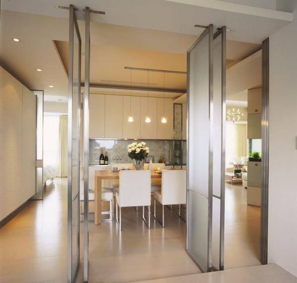 架高木地板外配置轴心拉门与隐藏式轻巧拉门,将场域独立性削减至最低,增加更多生活弹性,也明亮位于空间轴心的餐厅领域。