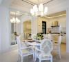 简欧风的餐桌椅省去繁复、只留下欧式的高雅气质;后方的半开放式厨房仅以一吧台分隔,这样既能解决油烟问题,又时尚美观。