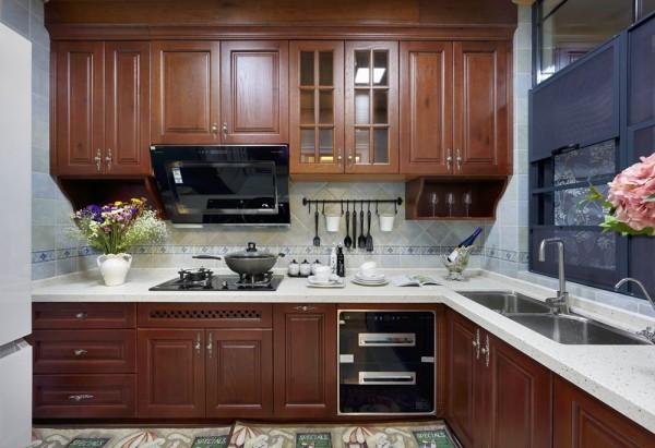 厨房,色调也与餐厅餐桌家具相互应