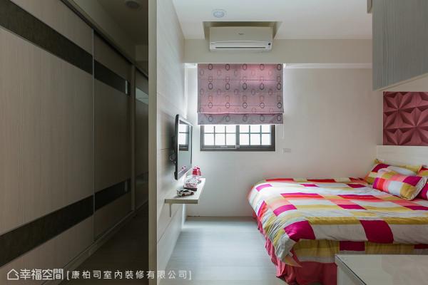 契合屋主的收纳需求,运用整面式的系统柜让收纳空间增加。