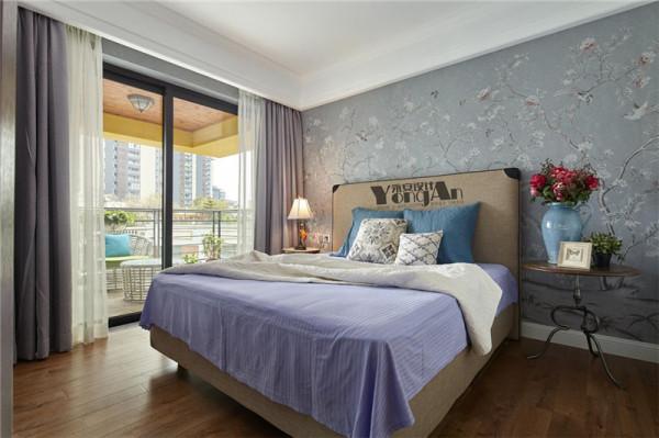 主人房 墙纸与窗帘采用相同的灰色基底,花卉图案的墙纸淡雅又不失清新。湖蓝色床品搭配同色系海蓝色靠枕,干净的色调和白色给整个空间朴实风范与清婉格调