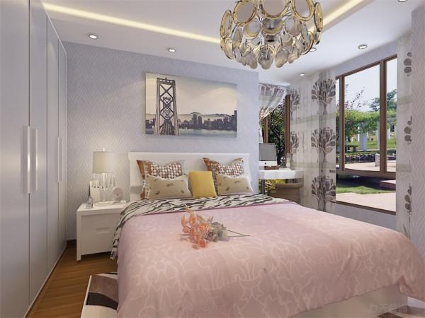 卧室背景墙采用了装饰画造型,让业主得到充分的放松,在卧室放一张书桌在卧室规划出一块阅读工作的空间没有在书房的严谨感,使业主更加放松,床头柜、衣柜满足了业主储物空间的需求