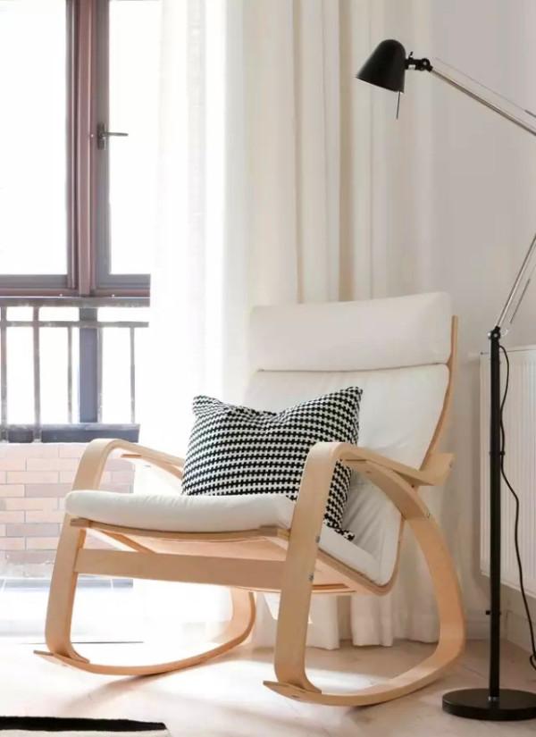 白色的独自座椅和白色的床单形成了一种各式