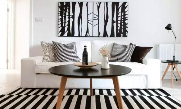 茶几和地毯还有台灯是一组和谐的几何构图。
