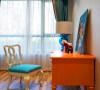 书房整体依然保持沉稳优雅的中性色调,橙色书桌有活跃思维的作用,配合桌上摆件显得简约而时尚。