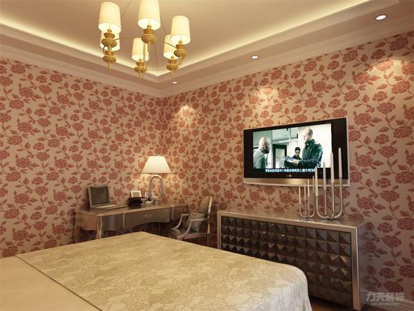 卧室墙面铺满壁纸,款式和客餐厅一样,颜色偏淡红色,室内采用铝制家具,包括双人床、电视柜和书桌,吊顶采用回字形,下面加上顶角线,显得层次分明