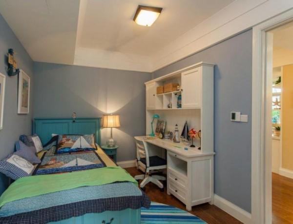 以蓝天的颜色作为主色调打造的儿童房