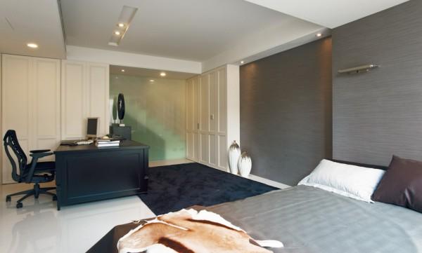 这套简约风格的设计很好的利用白色创造了雅致大气的居家环境。卧室墙面是纯粹的白色空间,柜门乳胶漆均为高雅象牙白,让人静心,以现代时尚元素点缀,增加空间感,时尚感