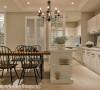 厨房拉门以格子造型,保留空间的穿透感,也顺势隔绝料理时的油烟散逸;冰箱旁的工作台,更以马赛克拼贴取代原先的现代感玻璃,让风格整合更为一致。