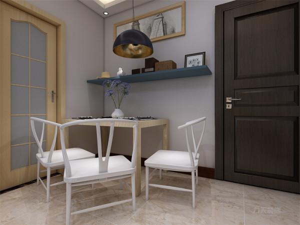 餐厅没有做过多的造型,简单的桌椅,干净的配色使得餐厅和客厅相呼应又不重复,餐桌用了四人桌,虽然空间受限但业主仍可以请亲朋好友来家中聚会,厨房用的组合柜,使空间更具有整合感。