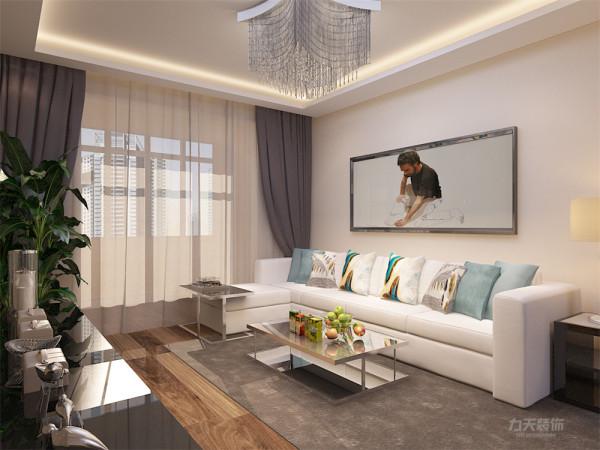 客厅墙体为黄色乳胶漆,空间显通透。环保健康为主题。窗帘为深色布艺,电视墙一侧通铺大马士革壁纸,以黄色调位置的电视背景墙,增加客厅整体空间的色彩。