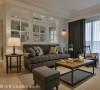 在浅木色、白色交织的基底之上,透过窗帘、沙发的黑灰点缀,聚焦视觉也让空间更有层次感。
