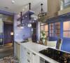 考虑清洁考量及风格表现,餐厨区搭入米白色调与活泼的复古花砖,甚至黑色铁件元素,调和厨具的冷硬线条。