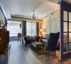 不成套家私选搭入现代、古典、美式多样元素,沈静柔和的色调选择,稀释了採光处的对比力度。