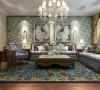 客厅设计采用整体白色调为主,以大理石、淡啡色以及碎花墙纸做主要装饰,白木线及金色边框作点缀。在沙发背景墙上使用了淡蓝色的壁纸作为装饰,电视背景墙则选用了暖色碎花的壁纸