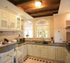 厨房设计效果图  宽大,厚重的家具也是欧式风格中必要的元素。英式家具材质多使用松木、椿木,制作以及雕刻全是纯手工的,十分讲究。