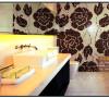 时尚的拼花墙面设计,给予了卫生间品质提升。卫生间使用玻璃推拉门把过道给分割出来,这样子实现了卫生间没有窗户无光的压抑感,拉开门拼花墙展现在空间中,使得卫生间更加的干净整洁以及品味提升。