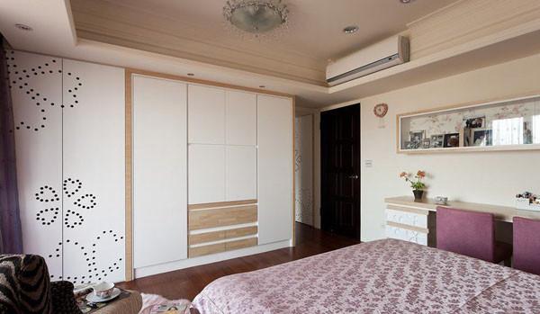 为了给居室增添几分暖意,饰以精巧的灯具和雅致的挂画,使整个居室在现代简约中渗透了几许时尚气息。 在配饰的选择方面更为简洁,少了许多奢华的装饰,更加流畅地表达处港式文化的精髓。